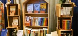 (圖二)臺大出版中心與臺灣師範大學出版中心書籍展覽櫃