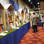 (圖四)教授學者參觀國立大學出版社聯展,翻閱書籍、文宣品