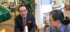 西野嘉章看著《裝釘考》,自己的第一本繁體字翻譯著作,喜悅之情溢於言表。