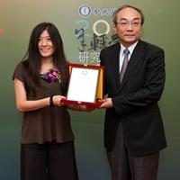 王汎森(右,中央研究院副院長)頒獎給呂心純(左,中央研究院民族學研究所副研究院)